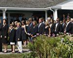 """肯尼迪家族成员抵达马萨诸塞州海恩尼斯港海边的""""肯尼迪大院""""。(法新社)"""