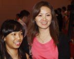 第二屆「全世界華人小提琴大賽」金獎得主周穎(左)和母親陳麗(右)(攝影︰文忠∕大紀元)