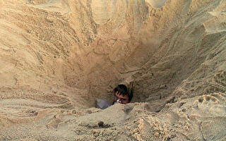 男孩罗州沙滩挖洞险遭活埋