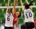 亞洲女排 中華勝烏茲別克    在越南舉行的亞洲女排錦標賽,中華隊選手蔡盈鳳(中 )在2名烏茲別克球員中扣殺,中華隊以直落三獲勝。 (排球協會提供)// 中央社