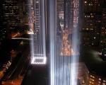 象徵世貿雙塔身影「禮讚之光」的藍色光柱攝於紐約市世界貿易中心遺址附近。(圖片來源:Getty Images)