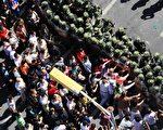 有上千民眾聚集在新疆自治區政府門外,要求自治區黨委書記王樂泉下台。(AFP)