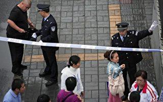 天安门附近的通道,警察检查行人包裹。(法新社)