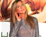 女星珍妮弗-安妮斯顿(Jennifer Aniston)身穿银色连衣裙出席新作洛杉矶首映式。(图/Getty Images)