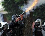 9月22日,宏國派出鎮暴警察,利用催淚瓦斯與水柱,企圖驅散數千名賽拉亞的支持者。(AFP PHOTO/Jose Cabezas)