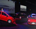GTA公司创办人王晓麟(图左侧讲台上)6日在新闻发布会上介绍了四辆GTA公司的节能原型车。(Lindsey Lissau∕CS2 Advertising广告公司提供)