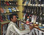 中國製造已經成為全球假冒產品的主要來源,最近就連俄羅斯雅庫特地區的民族工藝產業也受到了中國假冒產品的威脅。 圖為中國製造的鞋子(SAM PANTHAKY/AFP/Getty Images)