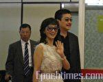 趙雅芝與夫婿黃錦燊一起步出大廳。(攝影:艾瑪/大紀元)