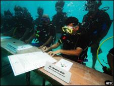 马尔代夫开水下内阁会议 世界首次