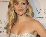 影后瑞茜·威瑟斯彭(Reese Witherspoon)身穿黑白拼接裙雅致亮相。(图/Getty Images)
