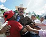 2009年10月29日,宏都拉斯臨時政府在結束宏國政治危機的協議中,同意讓遭罷黜的總統賽拉亞(Manuel Zelaya)復職。圖為同年9月,賽拉亞突然返國,受到支持者的歡迎。(ORLANDO SIERRA/AFP/Getty Images)