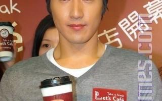 趙又廷當1日店長賣咖啡。(攝影:黃宗茂/大紀元)