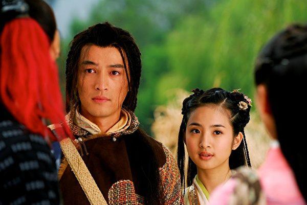 林依晨(飾演黃蓉)與胡歌(飾演郭靖)劇照。(圖/台視)