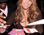 瑪麗亞・凱莉(Mariah Carey)被大批粉絲圍住要簽名。 (圖/Getty Images)