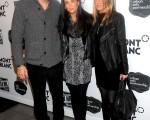 (右起)女星珍妮弗·安妮斯顿(Jennifer Aniston)、黛咪-摩尔(Demi Moore)和老公艾什顿·库彻(Ashton Kutcher)三位著名的好莱坞明星一起亮相。 (图/Getty Images)