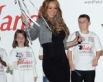 瑪麗亞-凱莉(Mariah Carey)舉著一個星星形狀的「仙女棒」為耶誕節提前點燈。 (圖/Getty Images)