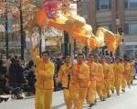 法輪功學員組成的花車隊和舞龍隊仍然是唯一一個亞裔游行隊伍。圖為﹕舞龍隊(攝 影﹕奚明/大紀元)