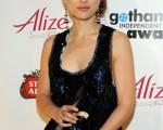 女星娜塔莉·波特曼(Natalie Portman) 手捧奖杯泰然自若,看起来心满意足。 (图/Getty Images)