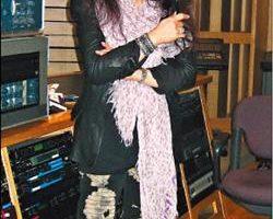 欧阳菲菲配唱,把舞台造型搬到录音室,行头惊人。 (大国翼星提供)