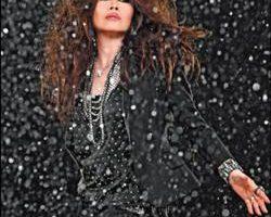 欧阳菲菲为新歌拍MV,拍了18个小时之久,她体力透支喊投降。(大国翼星提供)