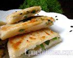 葱油饼的形、色、香、味俱全,魅力超级!(摄影:杨美琴/大纪元)