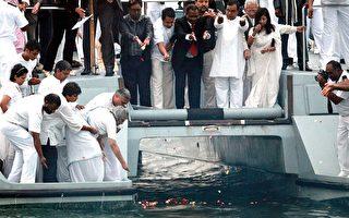 甘地家人和他的一些追隨者,將其骨灰在1月30日拋向南非東岸德爾班的大海,以作為紀念。(AFP)
