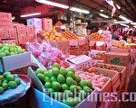 台北農產公司表示,今年果菜貨源充足,預估過年前5日(2月9日至13日左右),蔬菜供應量為12,200公噸,平均每公斤 15元左右,水果4,850公噸,平均每公斤約42元上下,可充分滿足消費者需求。(攝影:宋碧龍/大紀元)