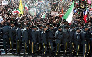 伊朗德黑兰市中心,2月11日涌进大批人潮纪念伊斯兰革命31周年的同时,安全部队却和反对派支持民众爆发冲突。( ATTA KENARE/AFP/Getty Images)