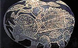 秘魯的卡佈雷拉博士從一九六零年代開始研究ICA石頭,在他的ICA石頭博物館裡收集了一萬一千顆石頭,圖為其中一塊石頭,上面刻著人騎在三角龍的背上,騎恐龍的戰士很高大,彫刻ICA石頭的人也許也是巨人。(Dr. Don Patton提供)