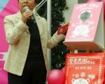 台湾嘉义县长张花冠订购900张神韵晚会票,把欣赏神韵晚会的美好与较弱势的县民分享。图为张花冠2月3日展示今年赠送给民众的红包袋样式。(中央社)