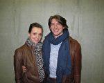 时装设计师伊莎贝尔‧雅布隆斯基(Isabel Jablonsk)(左)和大学生斯蒂芬‧瑞杰肯斯(Stefan Rijken)观看了2010年3月10日在布鲁日上演的神韵晚会。(大纪元)