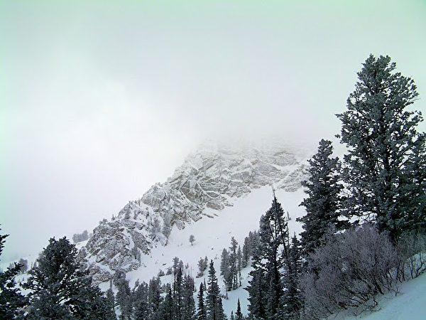 滑雪者丧生山野,其搭档被告上法庭
