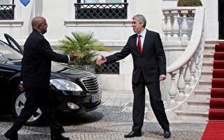 2日西非幾內亞比索兵變, 總理葛梅斯成階下囚。圖為3月17日在里斯本, 總理葛梅斯對葡萄牙進行為期兩天的正式訪問,在Sao Bento宮受到葡萄牙外長的歡迎。(FRANCISCO LEONG/AFP/Getty Images)