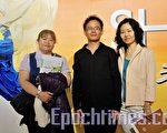 富朗廣告公司老闆吳建智伉儷及助理郭育珺(左)一起觀賞神韻的演出。(攝影:蘇玉芬/大紀元)