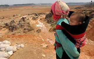 一名云南的农妇望着干旱的田地。(STR/AFP/Getty Images)