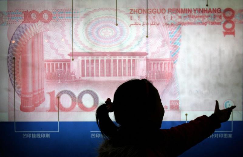 8月5日,在岸和離岸人民幣兌換美元雙雙「破7」。(GOH CHAI HIN/AFP/Getty Images)