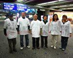 11名港商内地投资权益关注组成员,到上海上访时遭公安粗暴遣返回港,其中6人决定留守香港机场禁区,抗议港人权利在大陆没有保障。(港商提供)