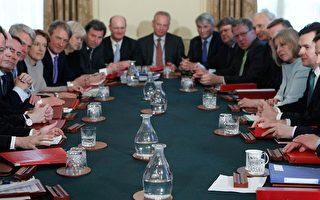英新首相第一個內閣會議 官員減薪5%