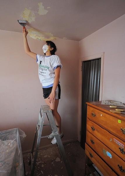 專家說,新的含鉛法規使得舊房屋的一些基本改建要額外多花費數千美元的開銷,諸如粉刷牆壁,更換窗戶等。(圖片來源:Getty Images)