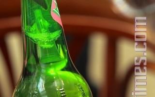 惊见台啤内漂浮异物 疑似医疗废弃瓶