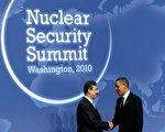 2010年4月12日在華盛頓召開的核安全首腦會議 (Nuclear Security Summit)上,美國總統奧巴馬(右)與巴基斯坦總理吉拉尼(Syed Yusuf Raza Gilani)握手。(Photo by Alex Wong/Getty Images)