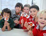 国立台北教育大学教育学系2010澳洲海外教学实习团糖葫芦文化课。(大纪元)