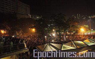 二千师生护送新民主女神像落户中大