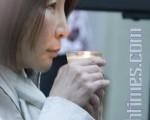 6月4日,是六四天安门屠杀第21周年纪念日。晚上7时半,旧金山部分华人和一批六四学生在中领馆门前举行烛光晚会。图为当年在旧金山目睹六四的旧金山市民许女士在烛光晚会上。(摄影:马有志/大纪元)