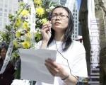 诗人井蛙在旧金山2010年6月4日 六四21周年献花仪式上朗读诗作。(摄影:马有志/大纪元)
