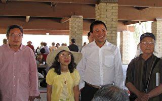 天安門「三君子」喻東嶽(左)、余志堅(右二)在視覺藝術家協會主席劉雅雅(左二)等邀請下訪洛,受到熱情歡迎(右一為馮國將)。(攝影:劉菲/大紀元)