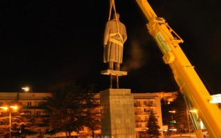 格鲁吉亚连夜拆除斯大林雕像