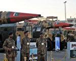 巴基斯坦陸軍士兵守衛展示的核導彈 (ASIF HASSAN/AFP/Getty Images)
