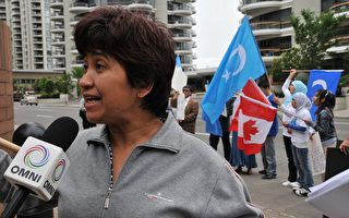 庫爾班(Mukerrem Kurban)女士表示,自去年7.5新疆事件以來,維漢民族的矛盾加深,現在維族人都不太敢上街。這些矛盾是「中國共產黨一手造成的」。(攝影:吳偉林/大紀元)