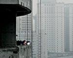 中国国家统计局资料显示,截止6月底全国房地产开发企业有高达1.9亿平方米商品房待租售。图为上海7月份新建的高楼。(AFP)